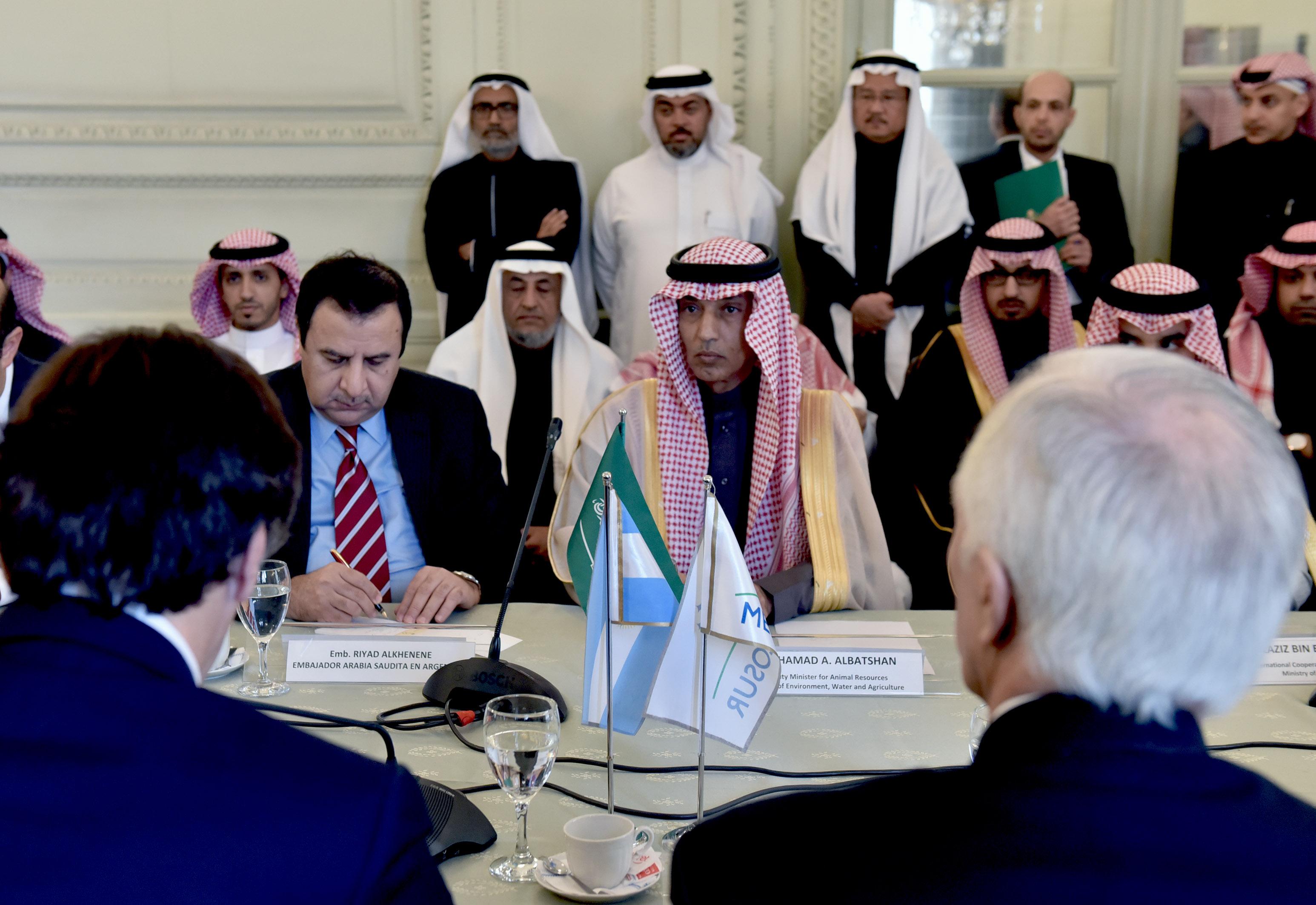 Resultado de imagen para Horacio Reyser con Dr. Hamad Al-Batshan. en Cancillería.