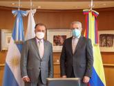 Felipe Solá con el embajador de Colombia