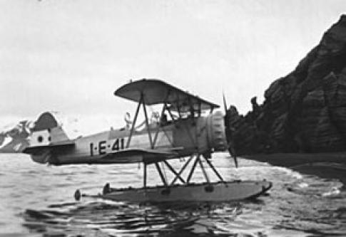 Hidroavión Stearman, embarcado en el ARA 1˚ de Mayo realizó el primer vuelo argentino en la Antártida
